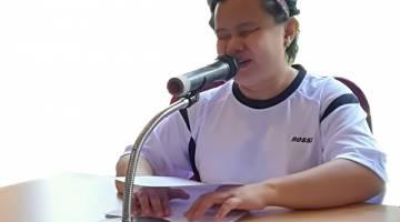 TIADA MASALAH: Mit mengacara majlis penutupan sambutan Hari Tongkat Putih Sibu 2017.