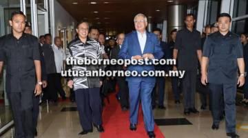 TIBA: Najib diiringi Abang Johari sebaik tiba di Bilik Kenamaan LTAK, semalam.
