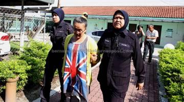 DITAHAN: Yut Mooi (tengah) dipenjara enam bulan dan didenda RM15,000 oleh Mahkamah Majistret semalam setelah didapati bersalah mengeluarkan kata-kata yang menghina Nabi Muhammad SAW, tahun lepas.   — Gambar Bernama