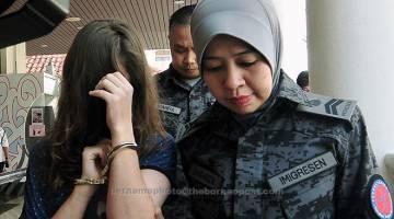 DITAHAN: Lopatkina Klavdiia ditahan pihak Jabatan Imigresen Pulau Pinang kerana memiliki visa tamat tempoh selepas Mahkamah Tinggi melepas dan membebaskannya dari tuduhan mengedar 1.54 kilogram dadah jenis kokain dua tahun lepas di Ruang Ketibaan Domestik Lapangan Terbang Antarabangsa Pulau Pinang. — Gambar Bernama