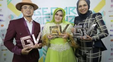 PEMENANG: (Dari kiri) Lan Solo, Aishah dan Liza Hanim bersama trofi yang dimenangi mereka.