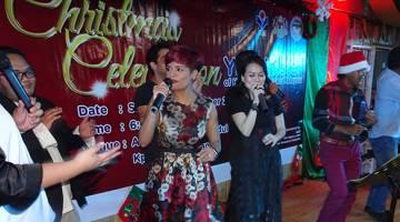 HIBUR: Jaclyn Victor menghiburkan para tetamu yang hadir pada sambutan Krismas di Kampung Pichin.