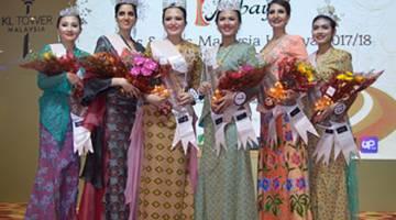 RATU KEBAYA 2017: Natasha (tiga kanan) dan Marianny (tiga kiri) dipilih sebagai Miss dan Mrs Malaysia Kebaya 2017 dalam pertan-dingan peringkat akhir yang diadakan di Menara Kuala Lumpur.