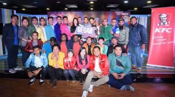 GEGAR LAWAK: Para peserta, rakan komedi (Dzawin dan Nizam Jentik Jentik) dan pengacara (Kamal Adli dan Fad Bocey) Gegar Lawak bergambar bersama Raqim, Bob Azrai (Ketua Komedi Bahagian Perniagaan Melayu Astro) dan Norzeha Mohd Salleh selaku Pengurus Saluran Astro Warna selepas sidang media di Kuala Lumpur pada Isnin lepas. — Gambar Astro