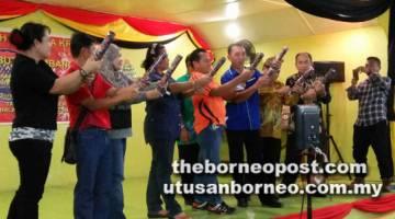 CERIA: Ahli-ahli jawatankuasa pengelola majlis bersedia melakukan gimik sambutan Ambang 2018.