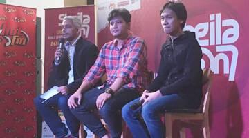 SIDANG MEDIA: Pemain bass kumpulan Sheila On 7, Adam (tengah), Produser Eksekutif Shira Sdn Bhd, Shirazdeen Karim (kiri) dan juga pemain gitar Sheila On 7 Eros (kanan) semasa sidang media di Kuala Lumpur baru-baru ini.