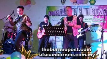 MENGHIBURKAN: Dino menghiburkan pada penonton dengan lagu-lagu  hitsnya diiringi Band Power Strings.