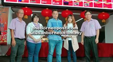 MENANG: Pengarah United Fusion Sdn Bhd Linda Hoo (dua kanan) menyampaikan baucar hadiah utama kepada Bong Soon Ming; sambil disaksikan oleh timbalan pengurus cawangan See Hua Marketing Sdn Bhd Sorina Yeo (kedua dari kiri) dan pengurus cawangan Nickky Chua (kanan).