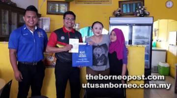 DEKATI PENIAGA: Abdul Rahman  (dua kiri) bersama Pegawai Penyelaras Pusat Khidmat DUN N.41 Kuala Rajang di Sarikei Alif Omar Yunus (kiri) menjelajah ke premis perniagaan usahawan tempatan di kawasan Zon Tanjung Manis, semalam.