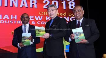 PELANCARAN: Mah (tengah) melancarkan buku 'Oil Palm Replanting' pada Majlis Perasmian Seminar Kajian dan Tinjauan Ekonomi Minyak Sawit 2018 anjuran Lembaga Minyak Sawit Malaysia (MPOB)  di Putrajaya, semalam. — Gambar Bernama