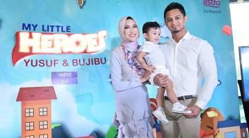 HERO CILIK: Yusuf bersama kedua-dua ibu bapanya Hanis Zalikha dan Hairul Azreen semasa sidang media di Kuala Lumpur kelmarin.
