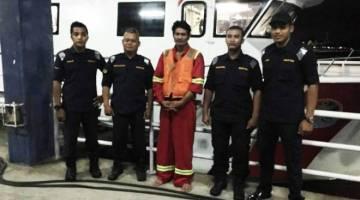 Supian (tengah) yang berjaya diselamatkan oleh anak kapal sebuah kapal pelantar minyak sebelum dibawa oleh pasukan APMM Bintulu ke daratan, malam tadi.