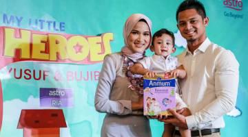 KELUARGA ANMUM ESSENTIAL: Hanis Zalikha bersama anaknya Yusuf dan suaminya yang juga seorang pelakon Hairul Azreen.