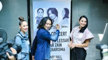 SATU KONSERT: Anuar Zain ditemani BCL dan Yuka Kharisma menurunkan tandatangan pada banting sempena sidang media konsert 'BCL, Anuar Zain & Yuka Kharisma Live in Concert' yang bakal berlangsung pada 28 April depan di Pusat Konvensyen Kuala Lumpur.