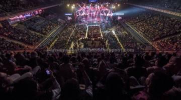 MERIAH: Orang ramai membanjiri stadium bagi menyaksikan pentas akhir AJL32 pada Anugerah Juara Lagu 2018 (AJL32) di Arena Axiata Bukit Jalil malam kelmarin. Anugerah Juara Lagu Ke-32 mempertandingkan 12 lagu di pentas akhir. — Gambar Bernama