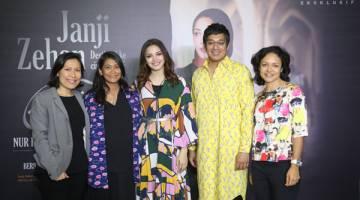 SIDANG MEDIA: Fazura (tengah) dan barisan produksi Janji Zehan bergambar bersama Sharmin Parameswaran, Ketua Astro First dan Astro Best) semasa sidang media baru-baru ini.