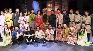 HARMONI: Pengarah teater Ashraf Zainul (tujuh kanan) bergambar bersama para pelakon selepas pementasan teater 'Tanah Akhirku' di Panggung Eksperimen Aswara baru-baru ini. — Gambar Bernama