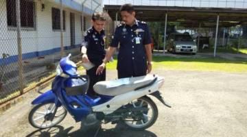 Farid meneneliti motosikal yang dirampas daripada suspek.