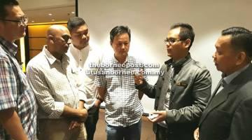 YEOZREE (dua kanan) sempat berbual dengan beberapa wakil media yang menghadiri taklimat itu. Turut kelihatan, Ketua Pengarang Utusan Borneo Lichong Angkui (kanan).