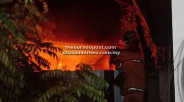 ANGGOTA bomba melakukan pemadaman api di salah sebuah rumah terjejas.