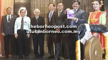 TINGKATKAN KESEDARAN: Dr Jeyaindaran (dua kanan) menunjukkan buku Prosedur Operasi Standard PPP Psikiatri yang dilancarkan sambil diperhatikan oleh Kahar (tiga kanan).