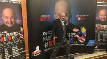 SPONTAN: Harith beraksi secara spontan semasa sidang media bersama beliau sempena program Siri Jelajah Komedi dalam #KitaOK Jelajah Komedi Harith Iskander 'Live' 2018 di Kuching.