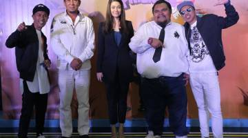 AKAN DATANG: Bocey bersama Nasir Bilal Khan (dua kanan) dan Norzeha Mohd Salleh (Pengurus Saluran Astro Warna) semasa sidang media di Kuala Lumpur baru-baru ini.