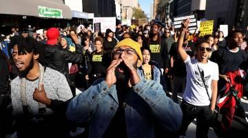 SUARAKAN KEMARAHAN: Penunjuk perasaan Black Lives Matter berarak ketika membantah polis menembak mati lelaki kulit hitam tidak bersenjata di Sacramento, California kelmarin. — Gambar AFP