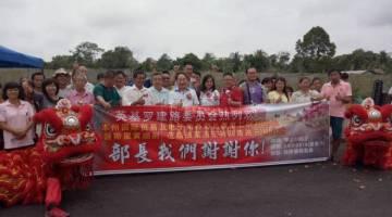 Wong (hadapan tujuh kanan) bersama penduduk pada majlis penghargaan daripada penduduk Engkilo