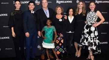 KEMBALI LAGI: (Dari kiri) produser eksekutif Whitney Cummings, barisan pelakon Michael Fishman, John Goodman, Jayden Rey, Roseanne Barr, Sara Gilbert, Sarah Chalke dan Emma Kenney menghadiri tayangan perdana 'Roseanne' baru-baru ini. — Gambar AFP
