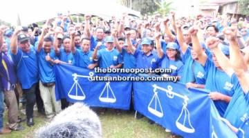 Musbah (tengah) dan Santaim (kiri musbah) bersama yang lain menerima kemasukan 400 ahli parti pembangkang ke dalam BN.