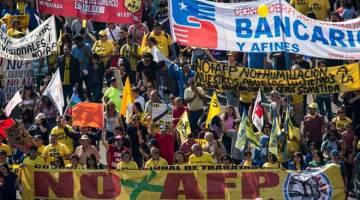 RIUH: Ribuan pekerja berarak untuk membantah sistem pencen Chile yang diswastakan di bawah pemerintahan diktator Pinochet, di Santiago kelmarin. — Gambar AFP