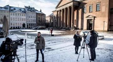 LIPUTAN: Gambar fail menunjukkan wartawan membuat liputan tentang perbicaraan Madsen                  di luar Mahkamah Bandar Raya Copehnhagen pada 28 Mac lalu. — Gambar AFP