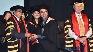 MUJUR: Abang Johari nyuaka skrol ngagai siku graduet Universiti Teknologi Swinburne Kampus Sarawak di Kuching kemari.