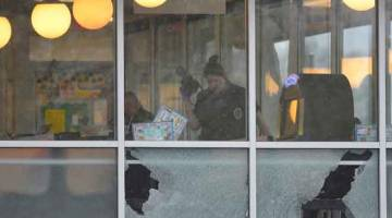 SIASAT: Polis memeriksa bahagian dalam Waffle House di Nashville selepas Reinking (sisipan) disyaki menembak mati empat orang di restoran tersebut kelmarin. — Gambar Reuters/AFP