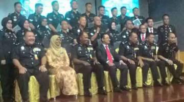 UNTUK ALBUM: Zulkiflee serta pegawai-pegawai bergambar bersama para penerima anugerah dari Penjara Puncak Borneo.