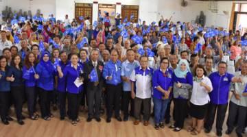 Penguang ( tengah) bersama para perserta seminar di Dewan Suarah Marudi.