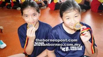 TONGGAK SKUAD: Abby (kiri) dan Jocelyn pemain paling berpotensi bakal menyarung jersi skuad bola tampar negeri dan kebangsaan kategori bawah 12 dan bawah 14.