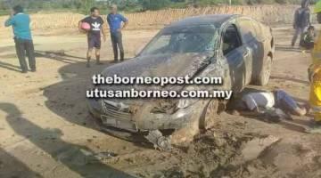 KEMALANGAN: Mangsa terbaring di sebelah kenderaannya sementara menunggu dikejarkan ke Hospital Miri petang kelmarin.