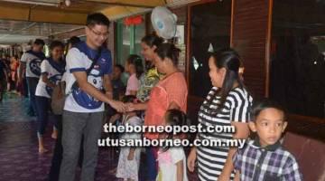 TURUN PADANG: Andrew bersalaman dengan penduduk Rumah Dawi di Pasai pada Program Bersama Komuniti RS1.