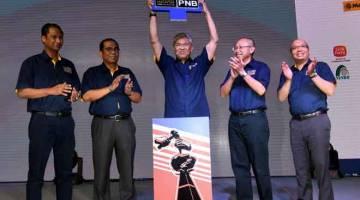 SEMPURNAKAN MAJLIS: Zahid (tengah) menyempurnakan majlis penutupan Minggu Amanah Saham Malaysia (MSAM) 2018 di Stadium Batu Pahat, semalam. — Gambar Bernama