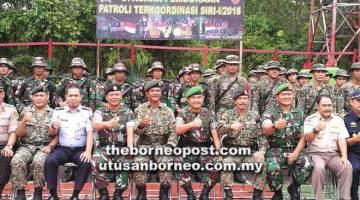KERJASAMA: Mohd Bustaman dan Bambang merakamkan kenangan bersama anggota TDM dari kedua-dua negara pada perasmian PATKOR Siri 1/2018 di Tebedu.