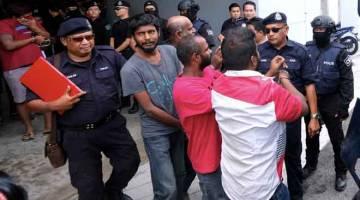 DIDAKWA: Seramai 21 individu didakwa di Mahkamah Sesyen dekat Klang, semalam, atas tuduhan menganggotai dan menjadi rakan jenayah kepada kumpulan jenayah terancang 'Geng 18' sejak tiga tahun lalu. — Gambar Bernama