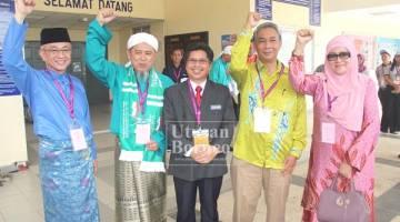 Raisin (tengah) bersama dari kiri Rozman, Ahmad Junid, Noor Halim dan Siti Zaleha di pusat penamaan calon di KML.