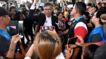 DITOLAK: Tian Chua ditemu bual media setelah mendengar keputusan Mahkamah Tinggi mengenai kes saman pemula terhadap Suruhanjaya Pilihan Raya (SPR) berhubung pencalonannya untuk bertanding kerusi Parlimen Batu semalam. — Gambar Bernama