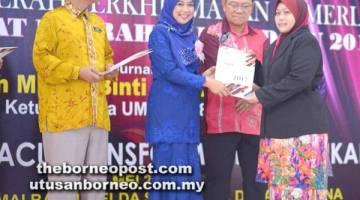 Mizma semasa menyampaikan sijil penghargaan Anugerah Perkhidmatan Cemerlang (APC) 2017.