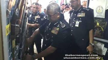 RAMLI (kanan) dan Ketua Polis Daerah Tawau ACP Fadil Marsus (kiri) menemani Ketua Polis Negara Tan Sri Fuzi Harun mengunjungi pameran barang-barang rampasan dalam Ops Tanduo yang dipamerkan kepada orang ramai secara terbuka untuk pertama kalinya.