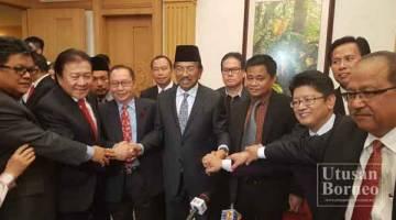 MUSA (tengah) bersama barisan Adun-Adun Upko yang hadir pada sidang media itu.