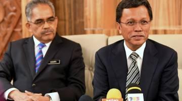 ERATKAN KERJASAMA: Mohd Shafie bersama Setiausaha Kerajaan Negeri Sabah, Tan Sri Sukarti Wakiman (kiri) pada sidang media selepas mempengerusikan mesyuarat kabinet negeri di Pusat Pentadbiran Negeri Sabah semalam. — Gambar Bernama