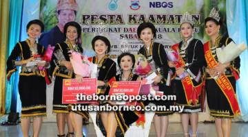 RATU: Para pemenang Unduk Ngadau peringkat daerah Kuala Penyu bergambar bersama hadiah masing-masing.